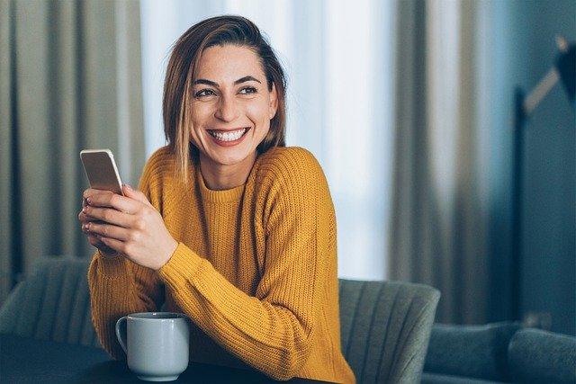 Femme tenant un téléphone